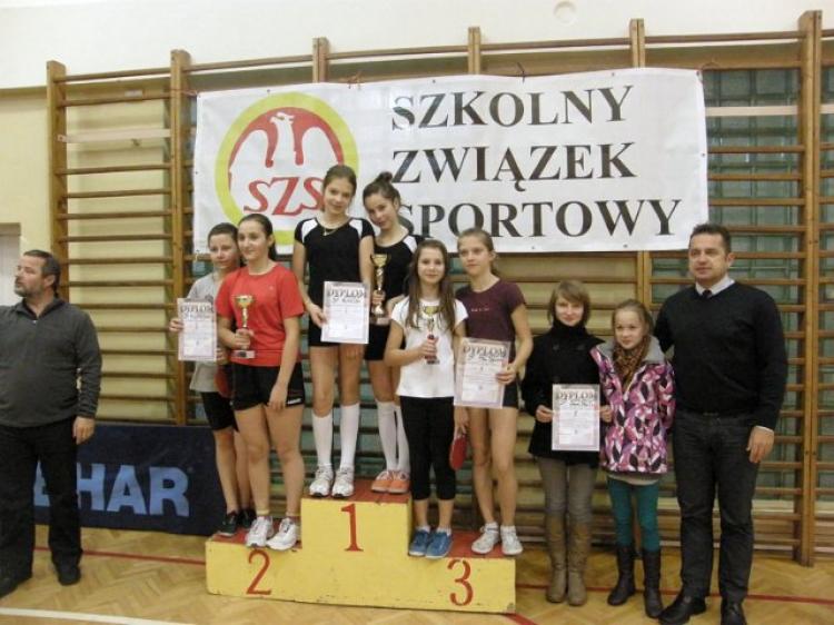 Powiatowe zawody w drużynowego tenisa stołowego dziewcząt 04.12.2012 -Limanowa